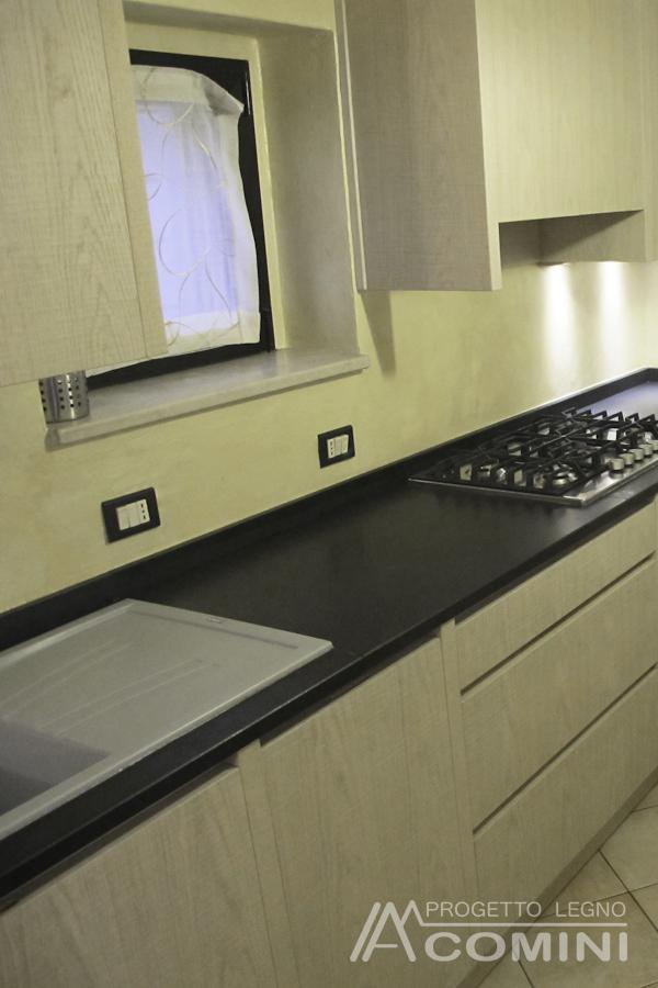 Cucina In Rovere Con Piano In Granito.Cucina In Legno Sbiancato Con Piano In Granito Nero Assoluto
